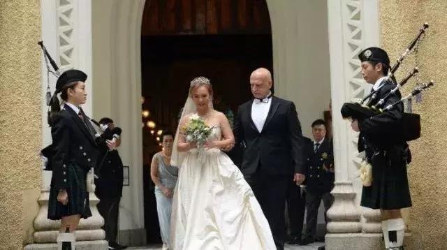 55岁前TVB花旦再婚嫁赌王侄子 穿露肩婚纱甜蜜行礼 恭喜
