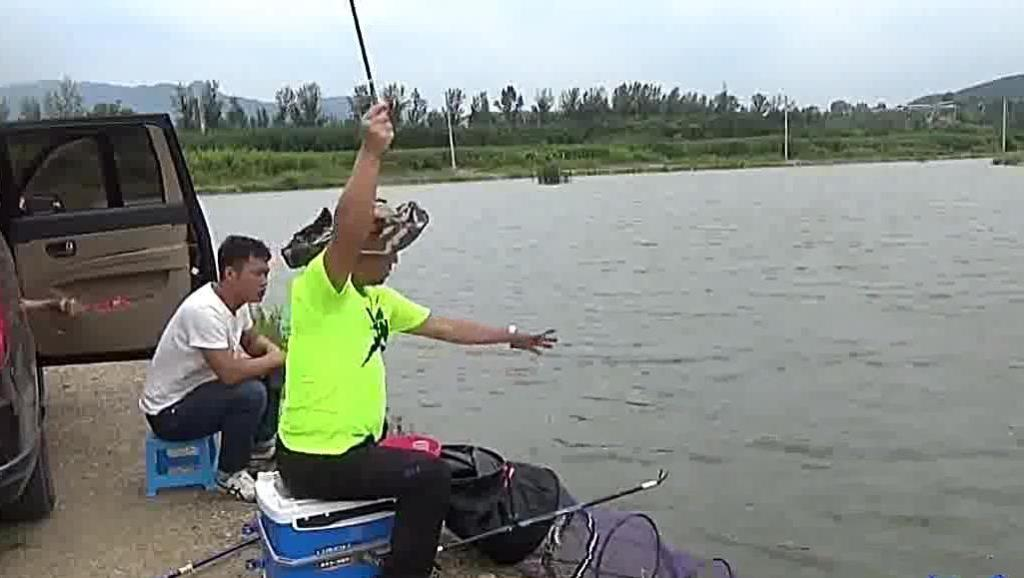 新手钓鱼上瘾,进练杆塘,连爆了,玩的很爽