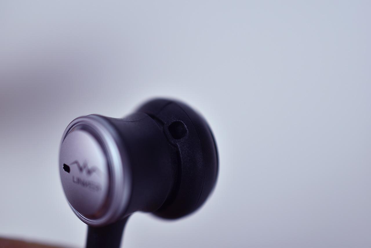 原理是通过抵消耳机麦克风采集的噪声,通过内部的降噪处理,进行反向抵