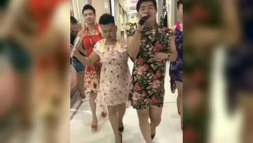 男人穿女装穿高跟鞋上下班公司的同事竟习以为常?图片