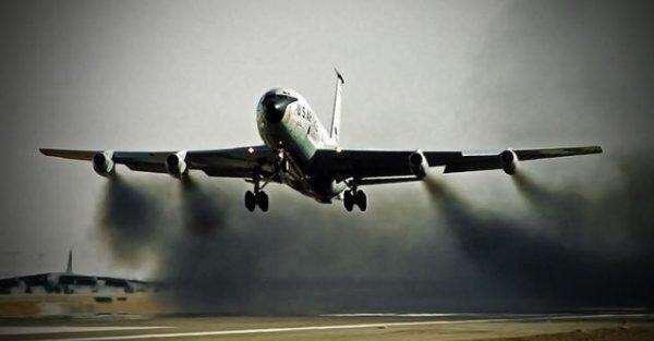 飞机在雨天飞行时, 喷气发动机会进水吗?