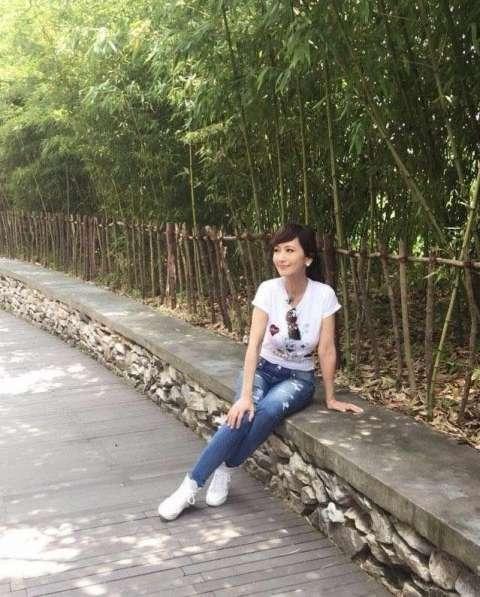 赵雅芝晒素颜生活照, t恤配牛仔裤美如18岁少女