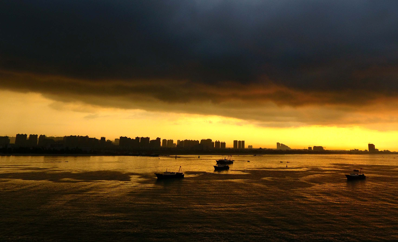 """当日清晨,受台风""""帕卡""""影响,广西北海市短时间内经历了大风雷雨,乌云"""