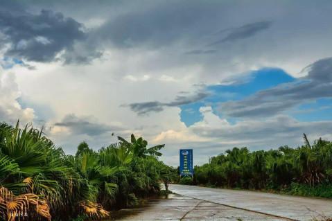 大片灰白色云朵中间犹如嵌着蓝宝石,我喜欢拍摄这样的风景.