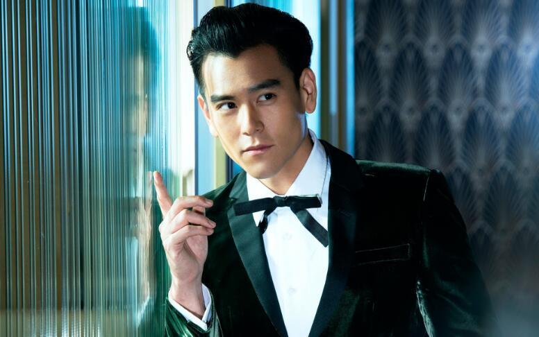 3月25日彭于晏晒出的照片有一张是自己剪刀手可爱的照片,这一晒不要紧