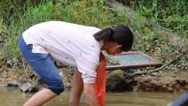 农村美女带大家在池塘找野味,摸到一个大家伙,差一点扔掉