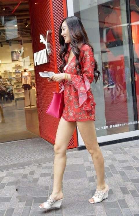 街拍重庆美女, 超短裙凸显美腿魅力 !图片