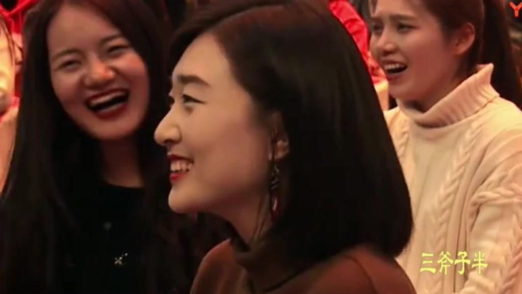 岳云鹏郭麒麟台上比颜值,结果女粉丝举动亮瞎眼,网友: 这太直接了吧
