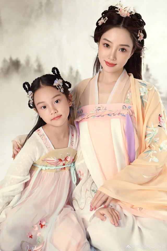 李小璐為女兒慶生, 母女拍古風寫真, 8歲甜馨出落大方淑女范十足-圖6