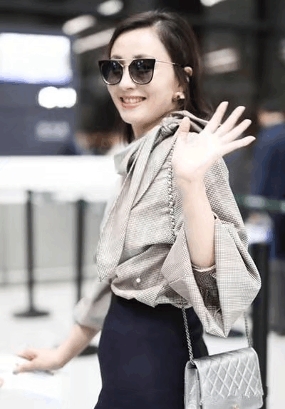 45岁小陶虹现身机场, 灰色衬衫吸睛无数, 网友: 美成二八少女! 1