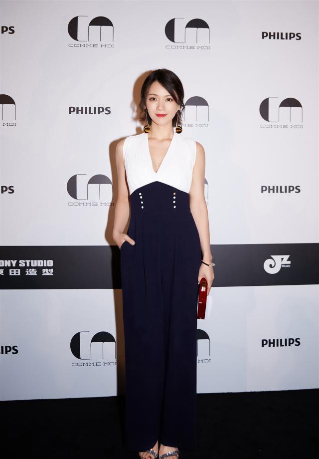 36歲曹曦文走機場, 身傢上億穿鏤空毛衣配半裙, 這位單親媽好時尚-圖2