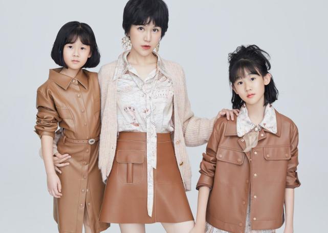 鮑蕾攜兩女兒穿親子裝拍照, 12歲貝兒眉眼長開和陸毅如復制粘貼-圖3