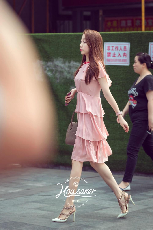 重庆路人街拍, 开衫搭配包臀裙+棕色高跟鞋, 很有女神的风范!