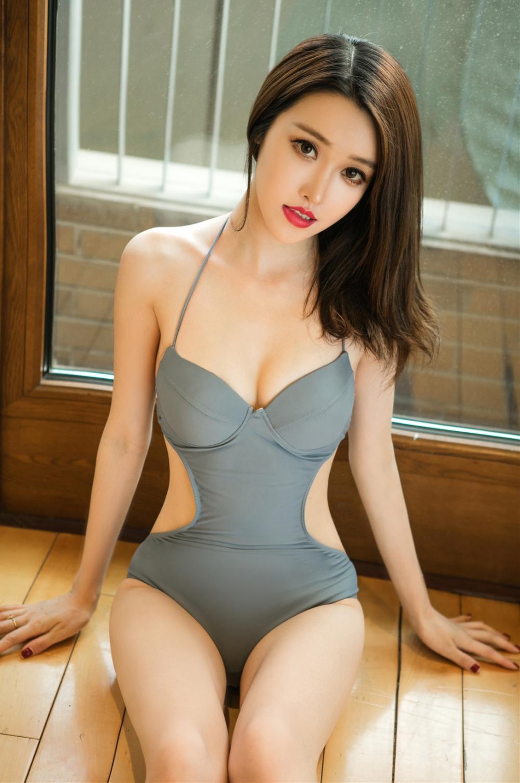 灰色露腰连体泳装穿搭, 美女完美的身材曲线就是用来秀的