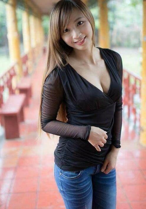 小姐姐身穿黑色上衣, 展现女性的韵味
