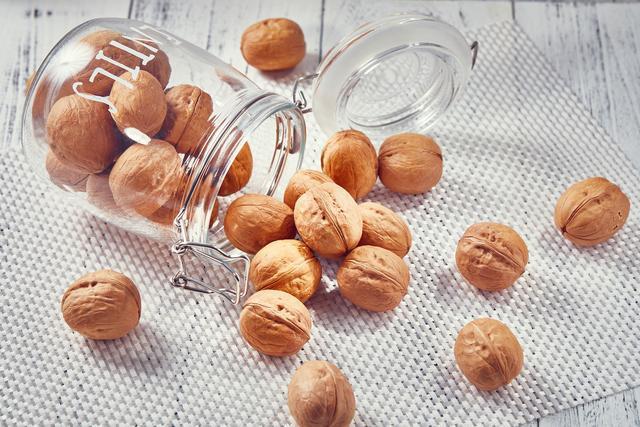 核桃是厚皮的好还是纸皮的好, 哪个更营养、好吃?