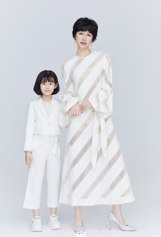 鮑蕾攜兩女兒穿親子裝拍照, 12歲貝兒眉眼長開和陸毅如復制粘貼-圖6