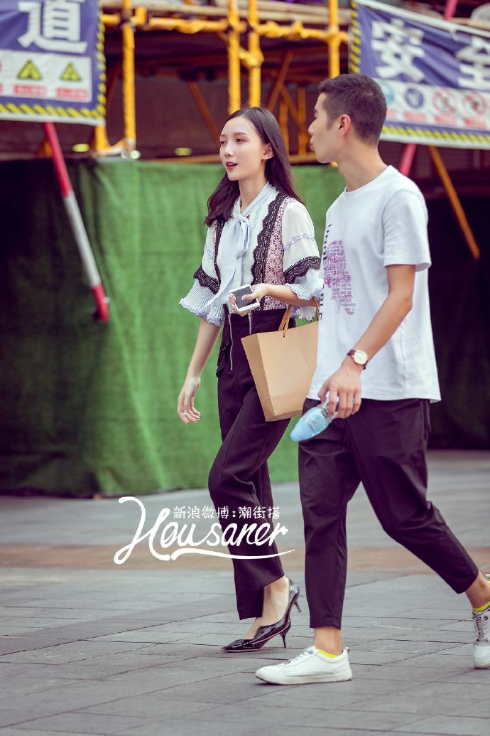 街拍时尚秀: 重庆街拍, 黑色毛绒吊带背心搭配黑色长筒裤, 迷人的魅力随之绽放