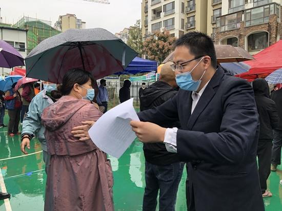人民網直擊青島雨中核酸檢測現場 大傘之下有溫情-圖6