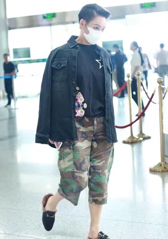 45岁宁静扮男人超帅, 机场转一圈圈粉无数, 网友: 脚上的鞋亮了