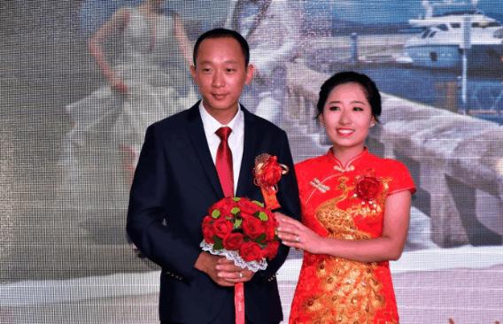 北京一對白領, 婚禮一結束, 馬上幫著收拾碗筷