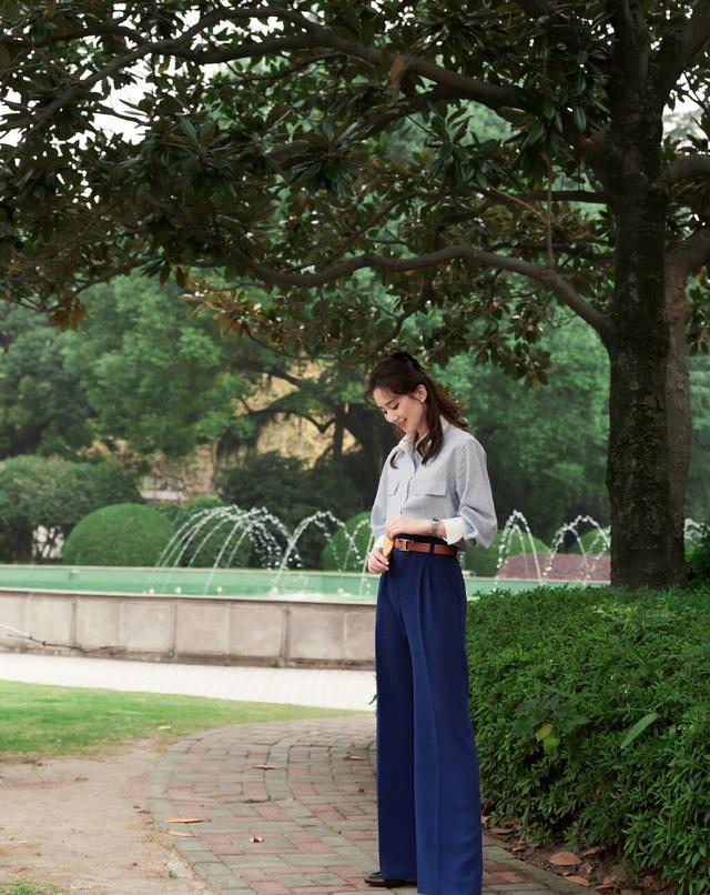 劉詩詩終於換造型瞭, 淺色襯衫搭配束腰長褲, 氣質也太颯瞭-圖1