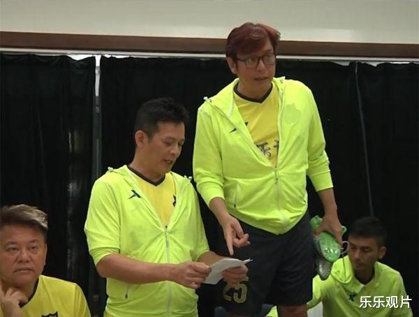 香港明星足球隊聚會: 譚詠麟站椅子上說話, 洪金寶和黃日華認真聽-圖3