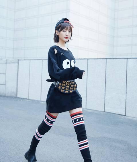 学学人家毛晓彤小姐姐街拍, 破洞卫衣加袜靴, 腿长一米八 1