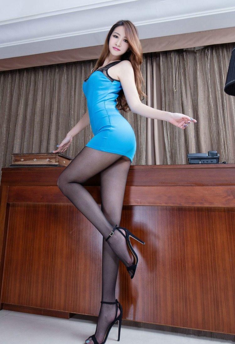 蓝色包臀裙搭配黑色凉高跟, 带来优美的线条美感, 时尚优雅。 2