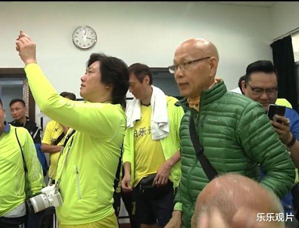 香港明星足球隊聚會: 譚詠麟站椅子上說話, 洪金寶和黃日華認真聽-圖8