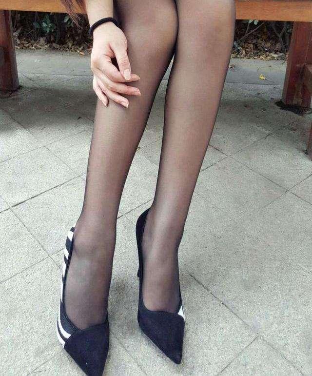 我觉得紧身裤比丝袜更加的有气质, 你认为呢 1