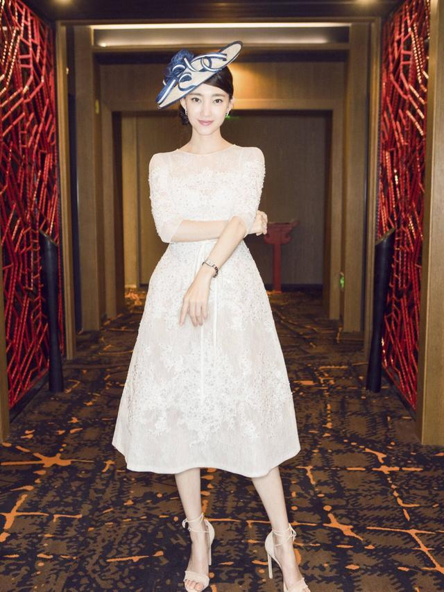 王丽坤继与林更新姐弟恋被曝后首次露面, 穿搭清新又减龄! 网友: 与林更新很搭!