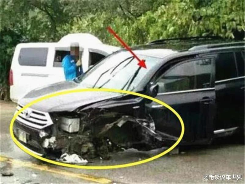 """""""公路坦克""""與漢蘭達相撞, 車損情況讓路人揪心, 這不對勁吧?-圖4"""