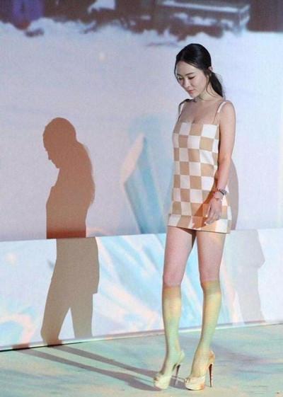 霍思燕现身活动, 裙子短到用布裹, 网友: 都孩他妈了, 悠着点吧! 2
