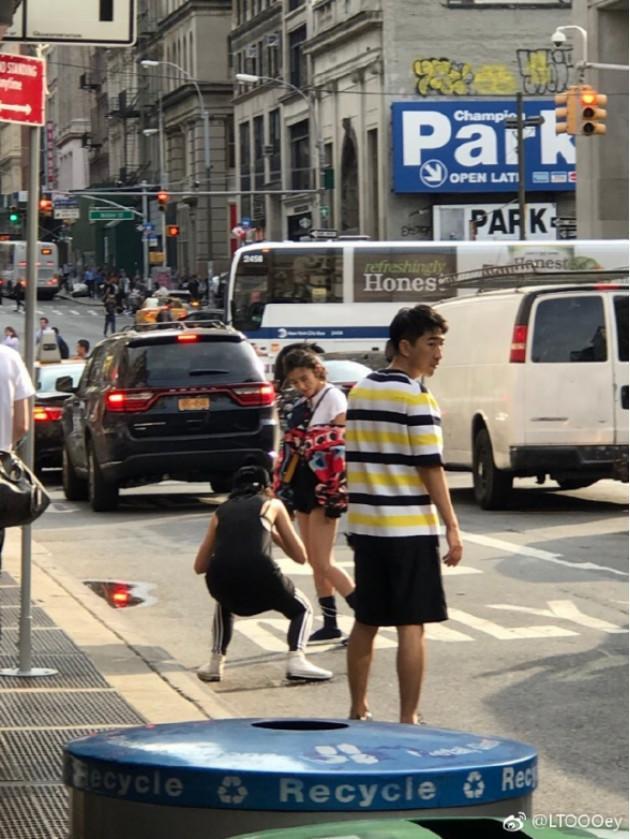 唐艺昕纽约街拍凹造型, 白皙长腿十分抢镜!