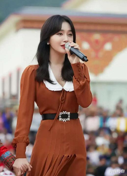 41歲秦嵐穿棕色翻領連衣裙, 搭配黑色一字帶高跟鞋, 優雅又顯瘦-圖3