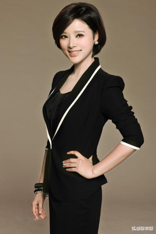 她是央視女主播, 因太美被老公刻意不曬照片, 他們相差12歲的愛情太甜美-圖6