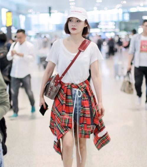 欧阳娜娜晒街拍照片, 她喜欢衣服这样子穿!