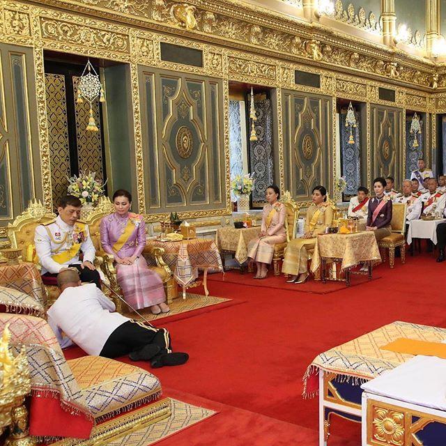 泰國被廢王妃出獄後首次公開露面,優雅大方全程低調,與王後同行無交流-圖4
