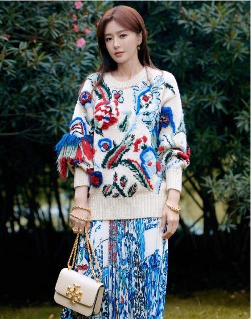 秦嵐穿鉤花毛衣配印花裙, 造型繁復卻穿出溫柔感, 一般人很難駕馭-圖2