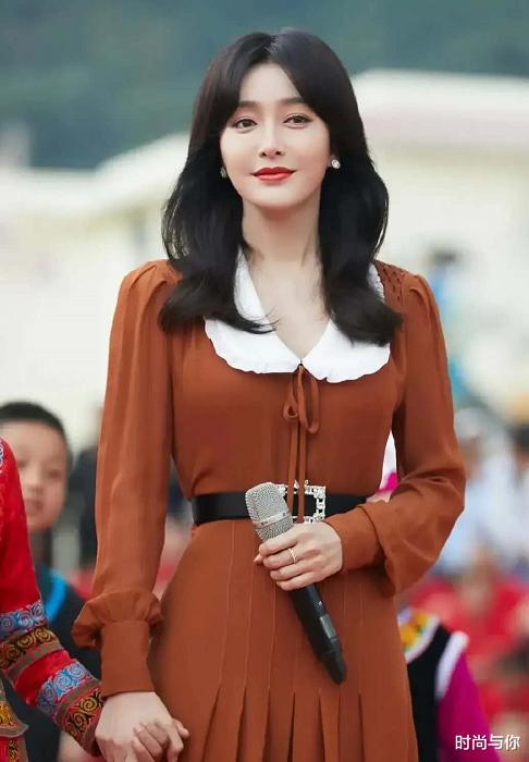 41歲秦嵐穿棕色翻領連衣裙, 搭配黑色一字帶高跟鞋, 優雅又顯瘦-圖2