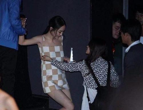 霍思燕现身活动, 裙子短到用布裹, 网友: 都孩他妈了, 悠着点吧! 1