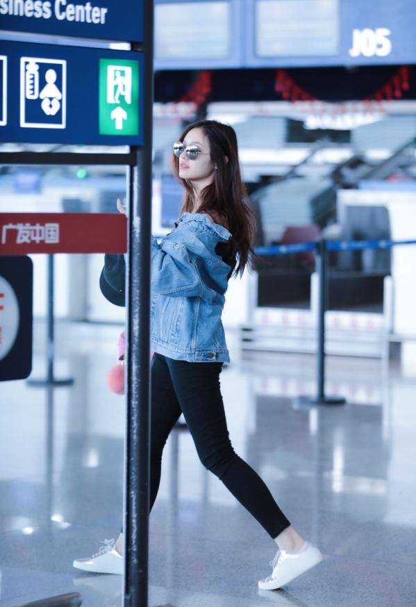 林允最新机场照, 穿的上衣引起网友议论 2
