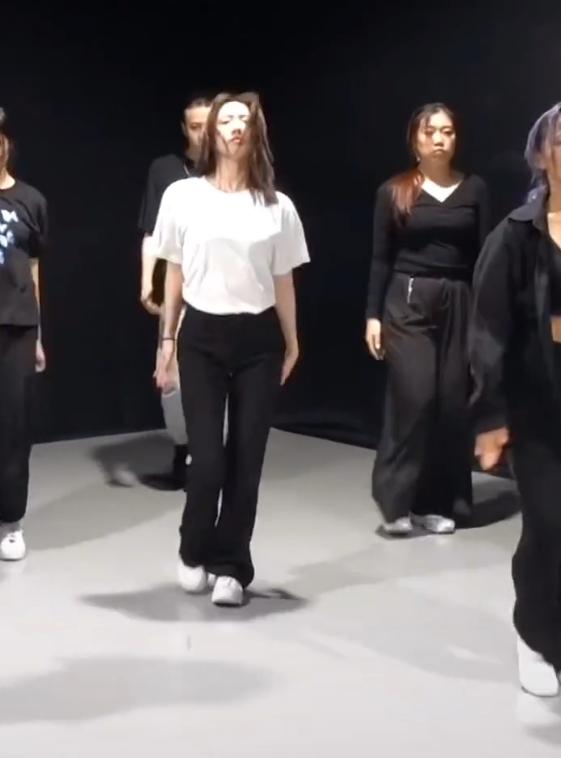 孟美岐舞蹈室練習被拍到素顏, 原相機無意暴露真實顏值, 不敢相信!-圖1
