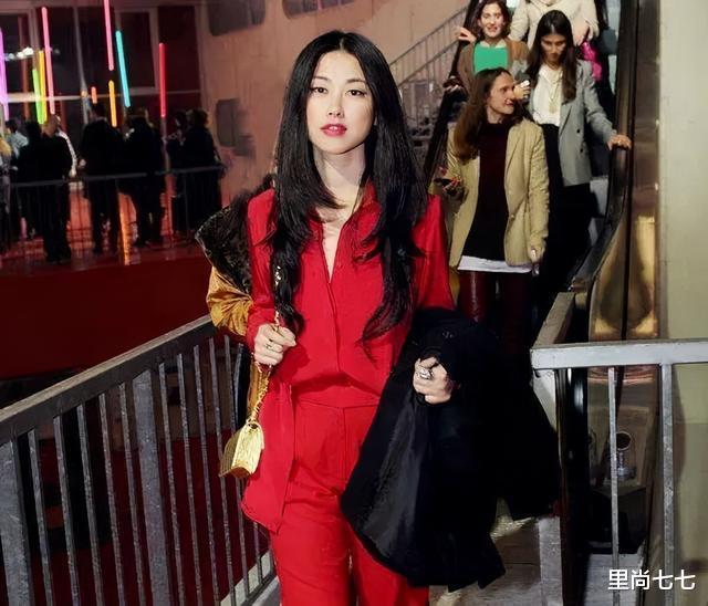 朱珠也太瘦瞭, 一襲紅裙同框周一圍現身活動, 蠻腰和頭基本同寬-圖8