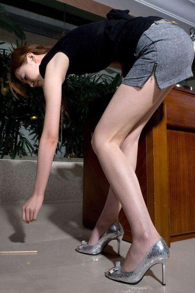 加入多种元素的短裤秀出紧俏美臀, 让人心动不已