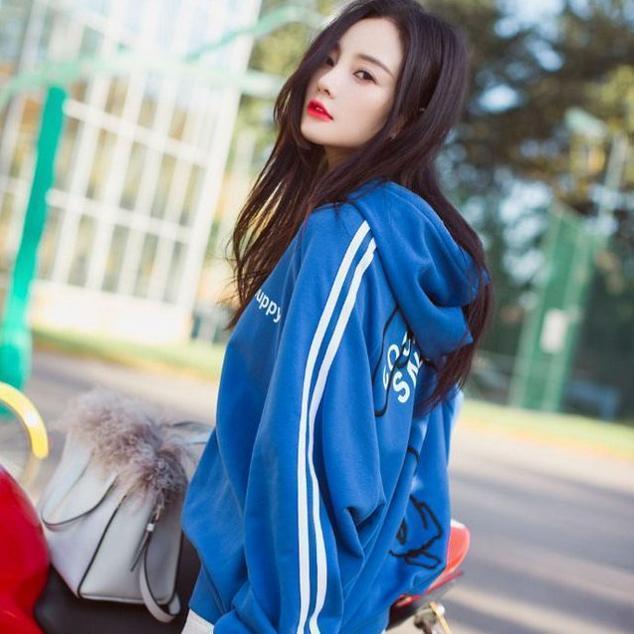 李小璐果然是时尚辣妈, 这次街拍又火了这款卫衣, 不怕冷吗 1