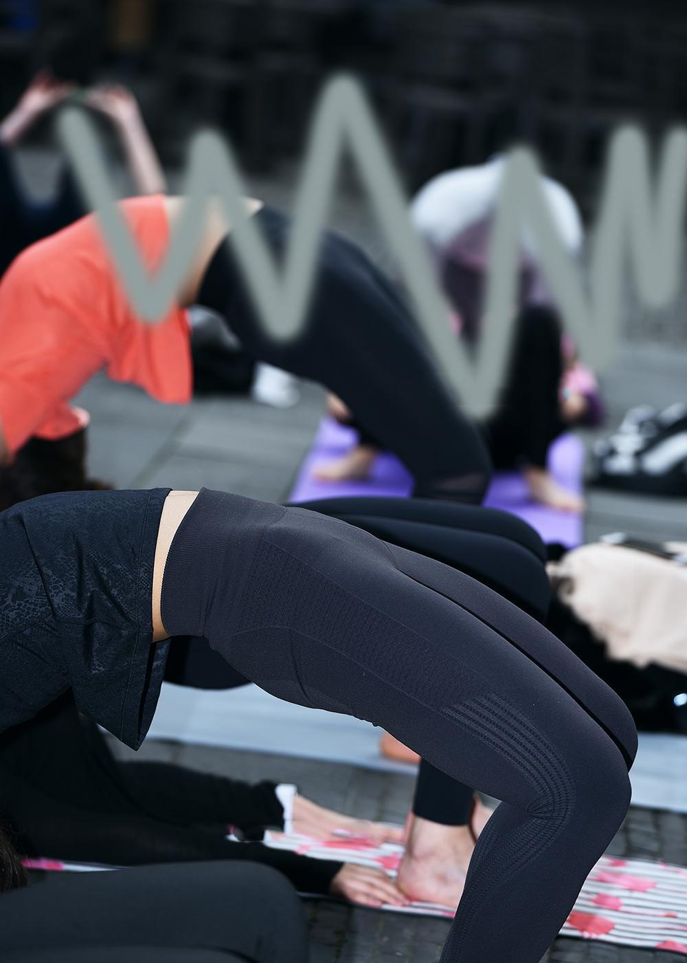 练瑜伽的紧身裤美女, 注意力都在脚上了! 7
