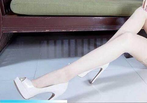 白色丝袜搭配白色鱼嘴鞋, 修长的美腿亭亭玉立 3