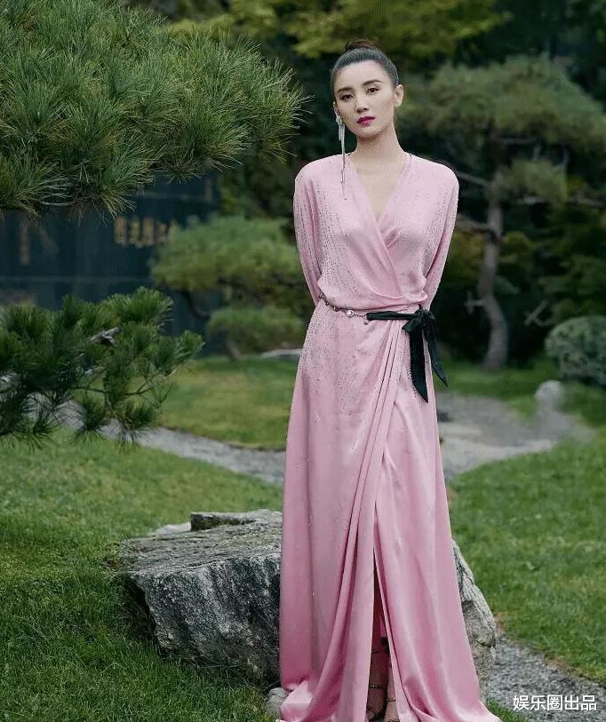 終於明白為啥劉德華主動邀請她拍戲, 看到她穿粉裙的氣質, 誰不愛-圖3